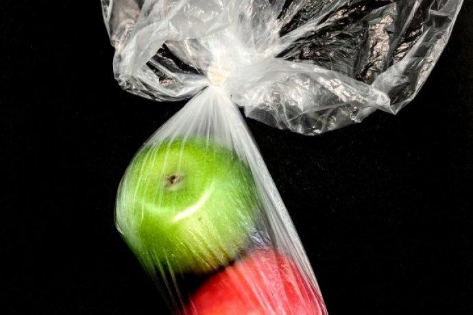Hipermercados em Portugal prometem lançar este ano sacos feitos em soro de leite e cascas de amêndoas